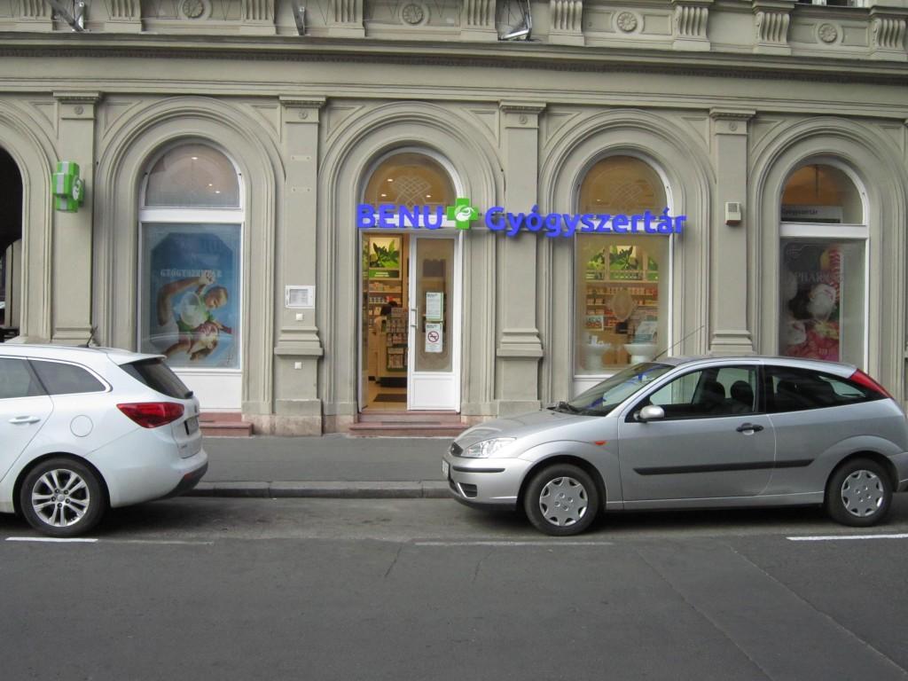 bonte-budapest-pharmacie-benu-se-trouve-le-long-du-danube-au-nord-pres-du-sofitel