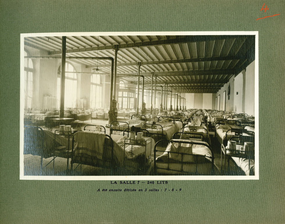[Le Grand Palais pendant la guerre] La salle 7 - 240 lits. A été ensuite divisée en 3 salles : 7 - 8 [...] -  - med02077x0028