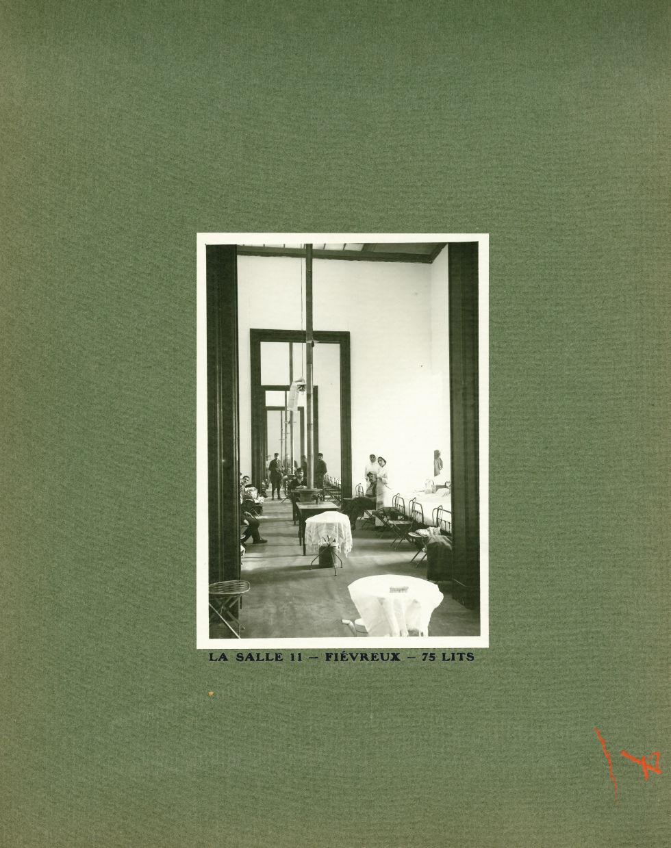 [Le Grand Palais pendant la guerre] La salle 11 - Fiévreux - 75 lits - Le Grand Palais pendant la gu [...] -  - med02077x0031