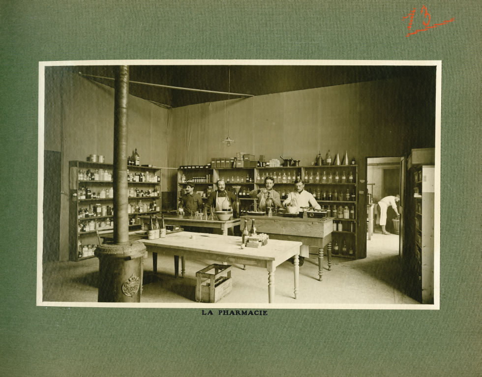 [Le Grand Palais pendant la guerre] La pharmacie - Le Grand Palais pendant la guerre (1914-1915-1916 [...] -  - med02077x0037