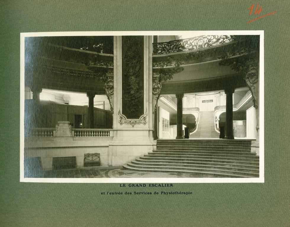 [Le Grand Palais pendant la guerre] Le grand escalier et l'entrée des services de physiothérapie - L [...] -  - med02077x0038