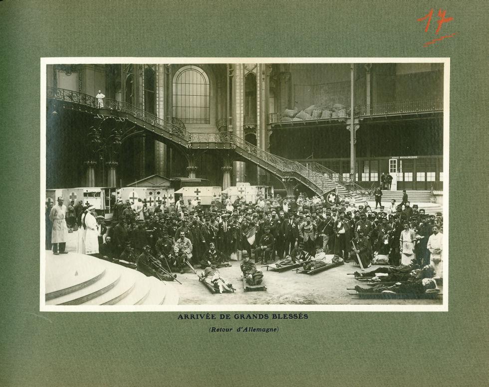 [Le Grand Palais pendant la guerre] Arrivée de grands blessés (retour d'Allemagne) - Le Grand Palais [...] -  - med02077x0041