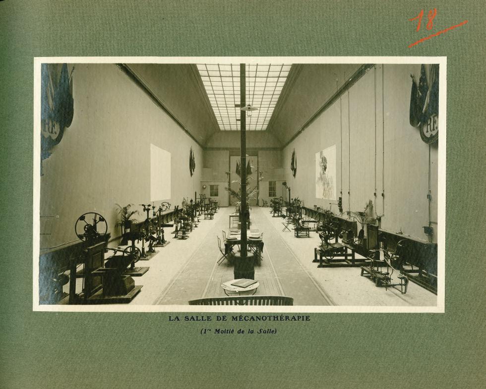 [Le Grand Palais pendant la guerre] La salle de mécanothérapie (1ère moitié de la salle) - Le Grand  [...] -  - med02077x0042