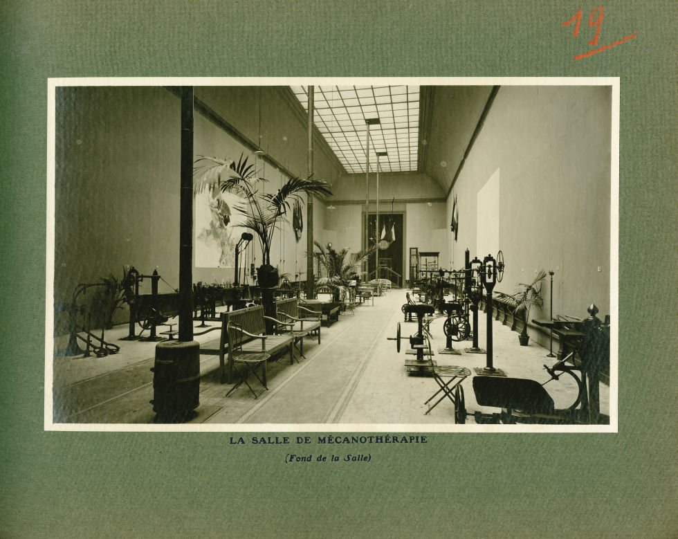 [Le Grand Palais pendant la guerre] La salle de mécanothérapie (fond de la salle) - Le Grand Palais  [...] -  - med02077x0043