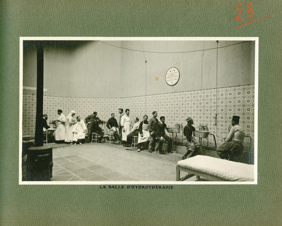 [Le Grand Palais pendant la guerre] La salle d'hydrothérapie - Le Grand Palais pendant la guerre (19 [...] -  - med02077x0047