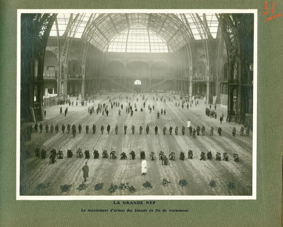 [Le Grand Palais pendant la guerre] La grande nef. Le maniement d'armes des blessés en fin de traite [...] -  - med02077x0055