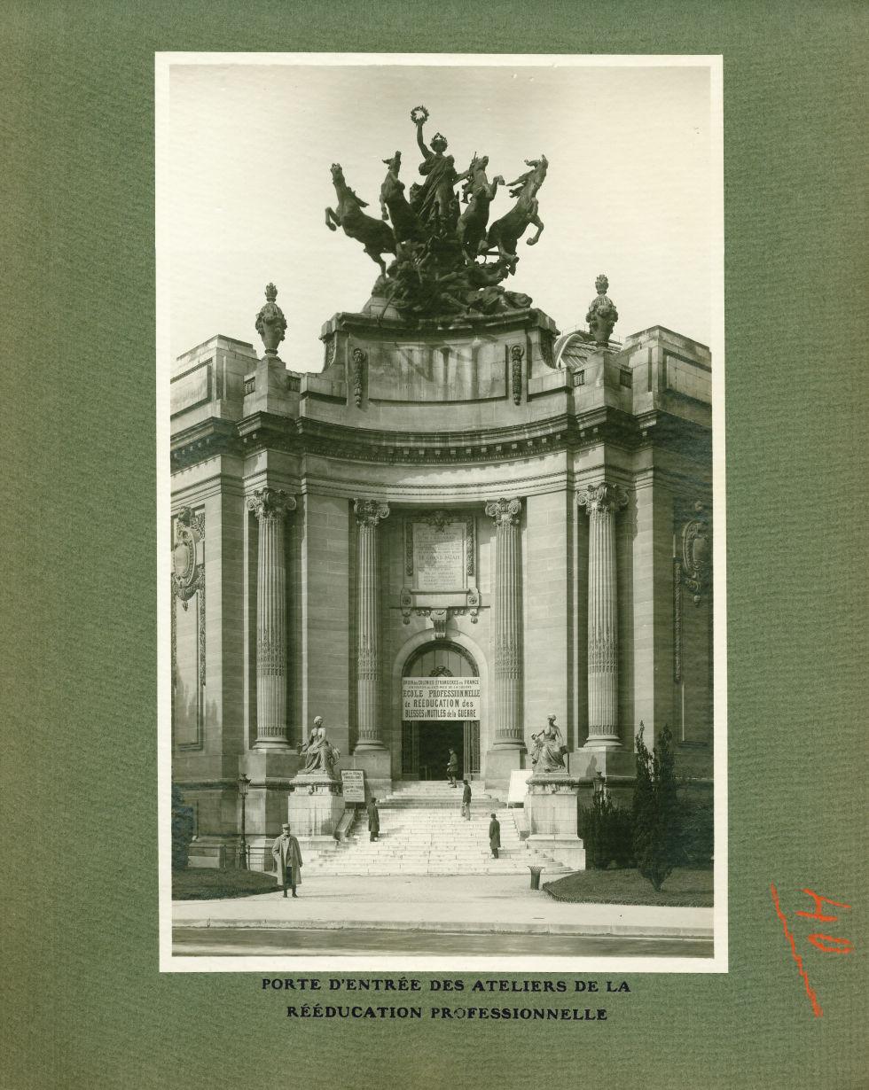 [Le Grand Palais pendant la guerre] Porte d'entrée des ateliers de la rééducation professionnelle -  [...] -  - med02077x0064